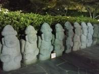 """Dol hareubangs o """"abuelos de piedra"""" en Jeju"""
