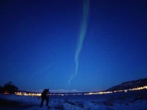 Carles fotografiando la aurora boreal a las 16.30h de la tarde
