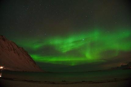Aurora boreal en la playa de Fredvang