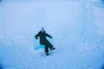 Descansando en una silla del Icehotel en Suecia