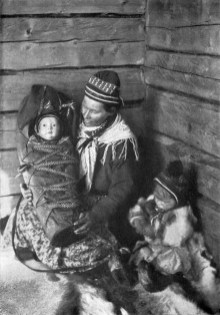 Madre sami y sus hijos. By Borg Mesch scan of the National Geographic Magazine, Volume 31 (1917), page 556.