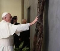 Папа Римский получил в подарок скульптуру как благодарность за помощь народу Украины