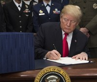 Трамп продлил действие эмбарго на поставки нефти из Ирана