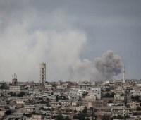 При взрыве заминированной машины на севере Сирии погибли 13 человек