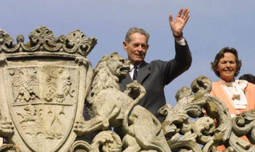 King Mihai and Queen Anne waiving from the Elisabeta Palace, 2001. photo: Guardian/AP