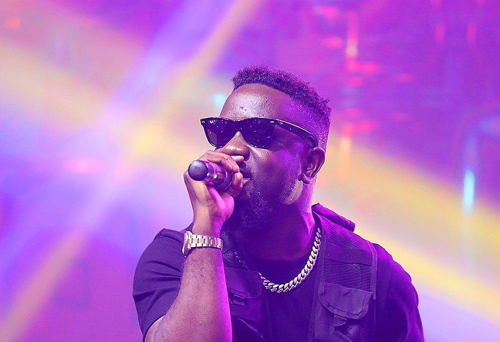 """Sarkodie Delivers Visuals to End of Year Banger """"Oofeetsɔ"""" ft Prince Bright"""