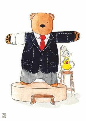 Carte postale éditée par Un Ours dans l'Atelier. Reprographie d'une aquarelle représentant Une souris taillant un costume sur mesure pour un ours.