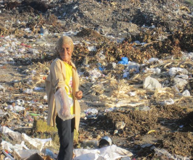 ancianos buscan en basureros
