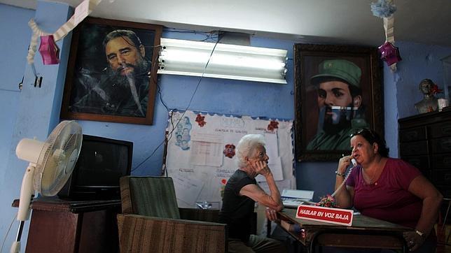 ap Una oficina de los Comités de Defensa de la Revolución (CDR) en un barrio de La Habana
