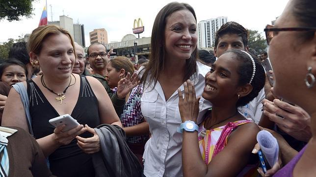 afp  María Corina Machado, con simpatizantes, durante una protesta en Caracas el pasado jueves