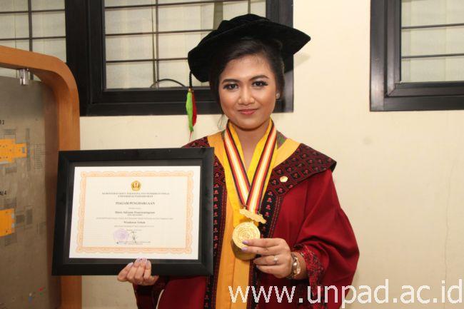 Maria Adriatne Prasetyaningrum, wisudawan terbaik program Sarjana pada Wisuda Unpad Gelombang III Tahun Akademik 2015/2016 (Foto oleh: Tedi Yusup)*