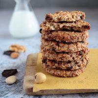 Biscotti integrali all'avena, frutta secca e cioccolato