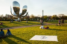 Glade aromatizó la Floralis Genérica de Buenos Aires