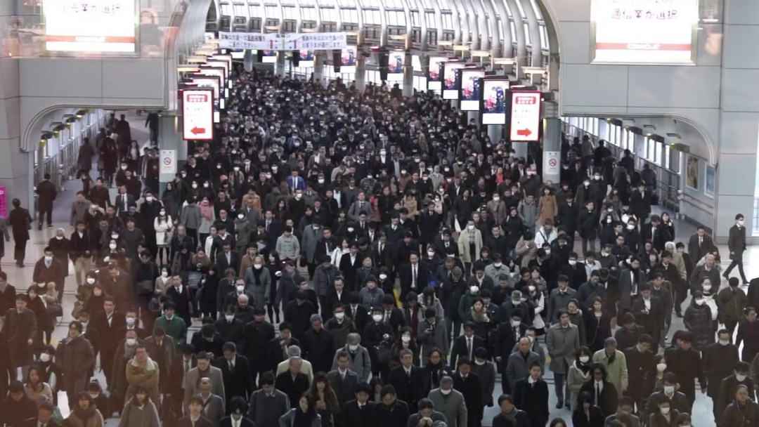 Un minuto en la hora pico de una estación de trenes en Japón