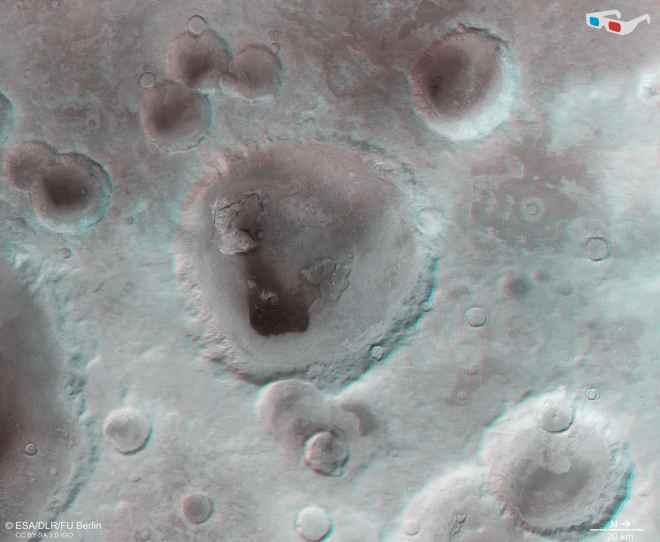 El cráter Neukum y las áreas circundantes se pueden ver en 3D cuando se ven con gafas rojo-verde o rojo-azul.