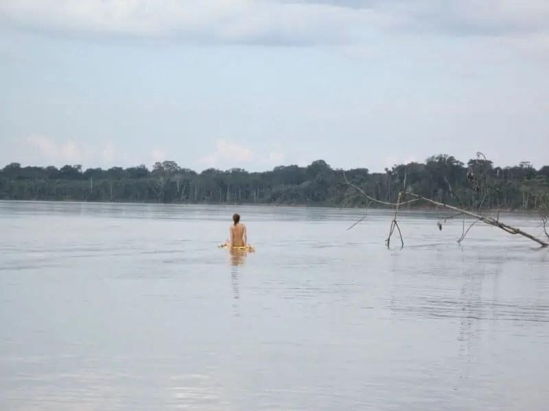 Sur le radeau, emportée par le courant (Madre de Dios, Pérou)