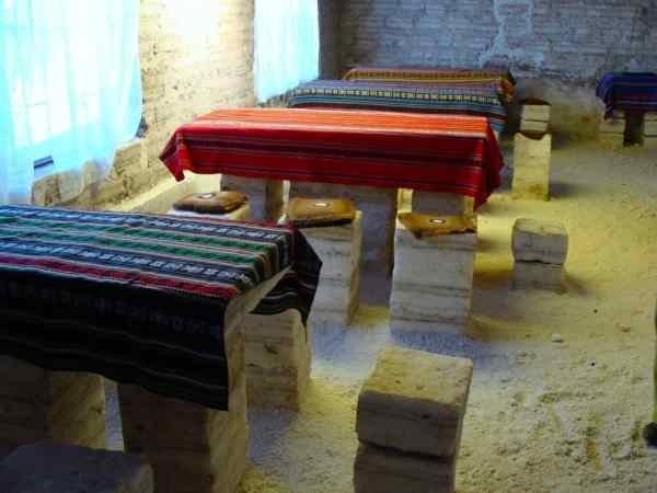 Maison de sel, tables en sel, fauteuils en sel, nappes bolviennes, Uyuni, Bolivie