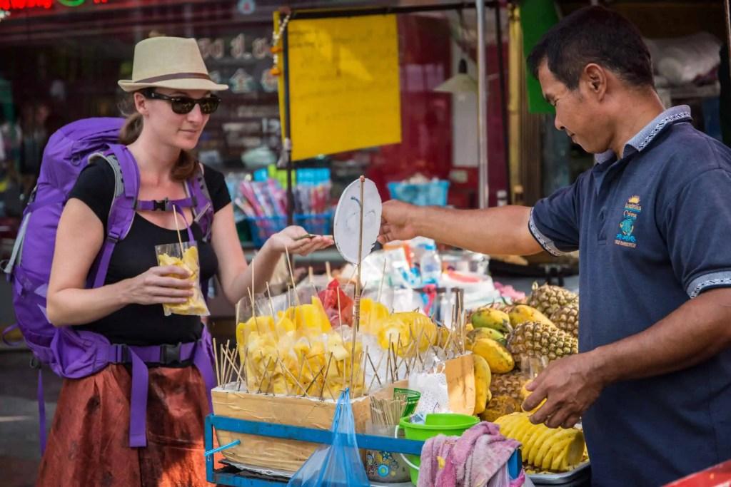 voyageuse, arnaque, street food