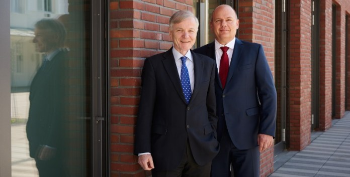 Ausgezeichneter Familienunternehmer: Stefan Messer (l.), CEO der Messer-Group, nahm in Berlin den Preis für das nachhaltigste Familienunternehmen entgegen (© Messer Group GmbH)