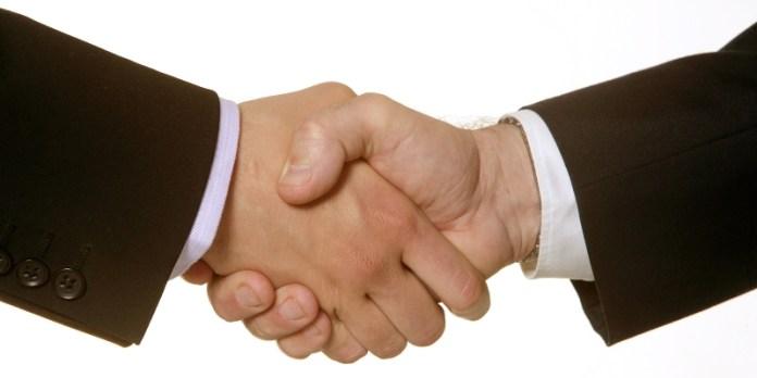 Handschlag: Das eigene Unternehmen kann auch an einen Manager des Unternehmens übergeben werden.