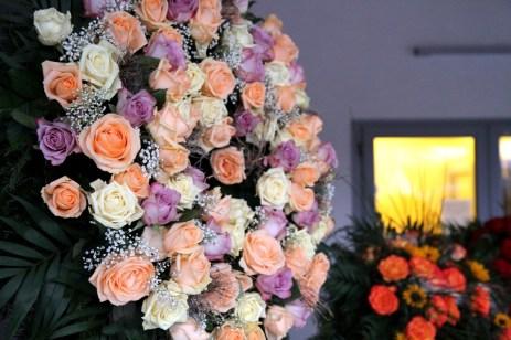 Ein Trauerkranz mit weißen rosa und pfirsichfarbenen Rosen