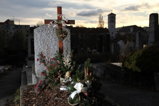 Grabstein mit Holzkruzifix