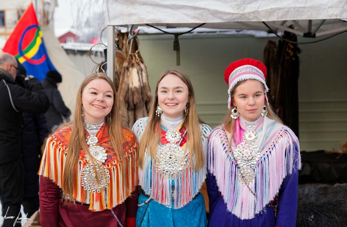 Donne Sami e bandiera
