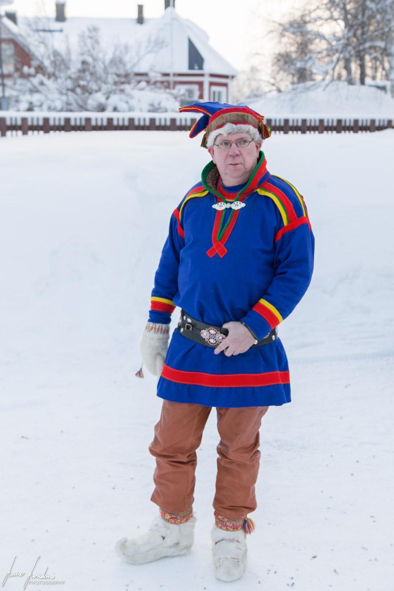 Uomo con abito tradizionale Sami