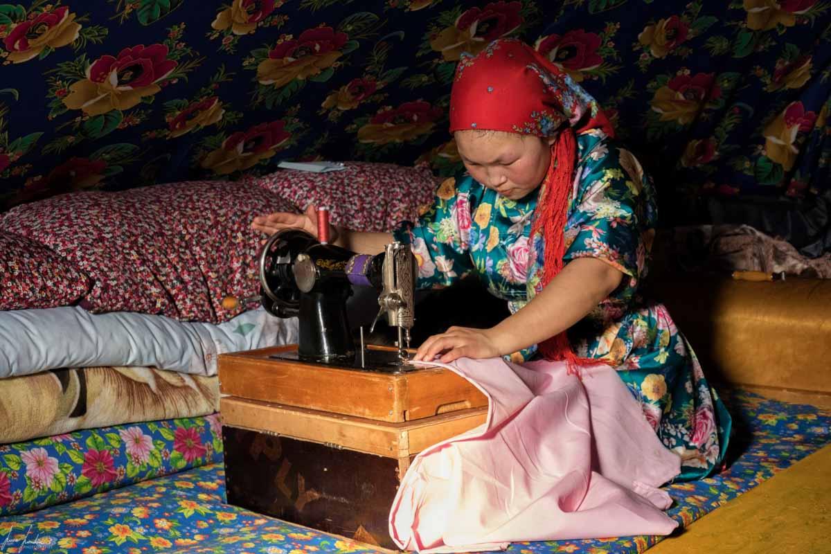 Nenets della Siberia: cucitura delle stoffe colorate