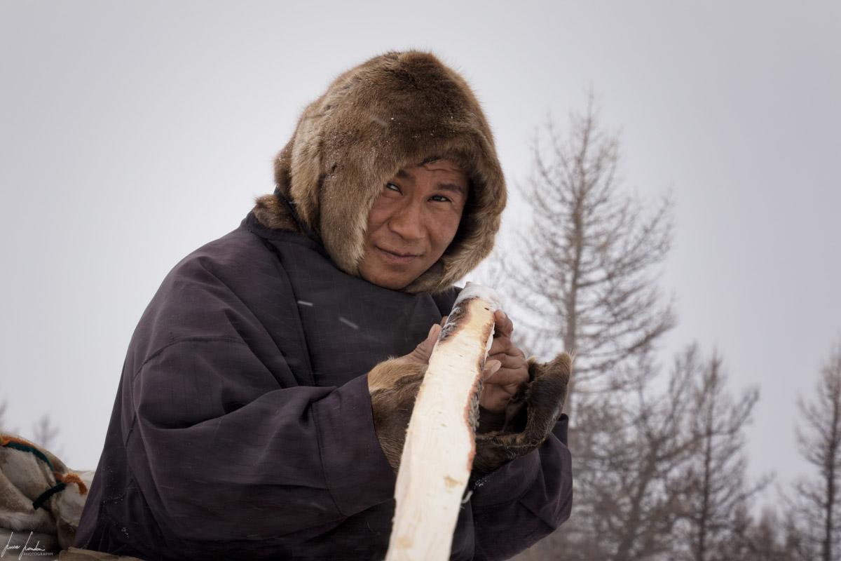 Nenets della Siberia: gli uomini si occupano di lavorare il legno per costruire i chum e le slitte