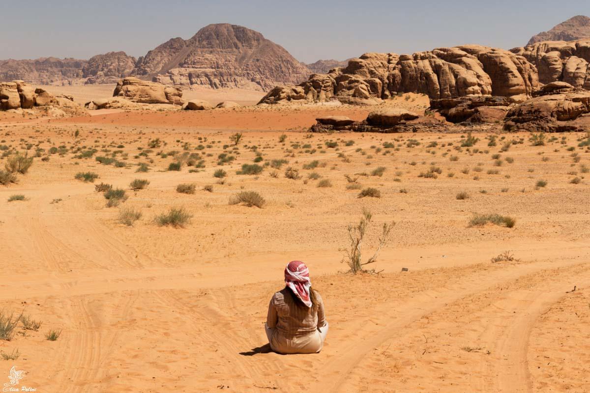 Osservando la maestosa bellezza del Wadi Rum