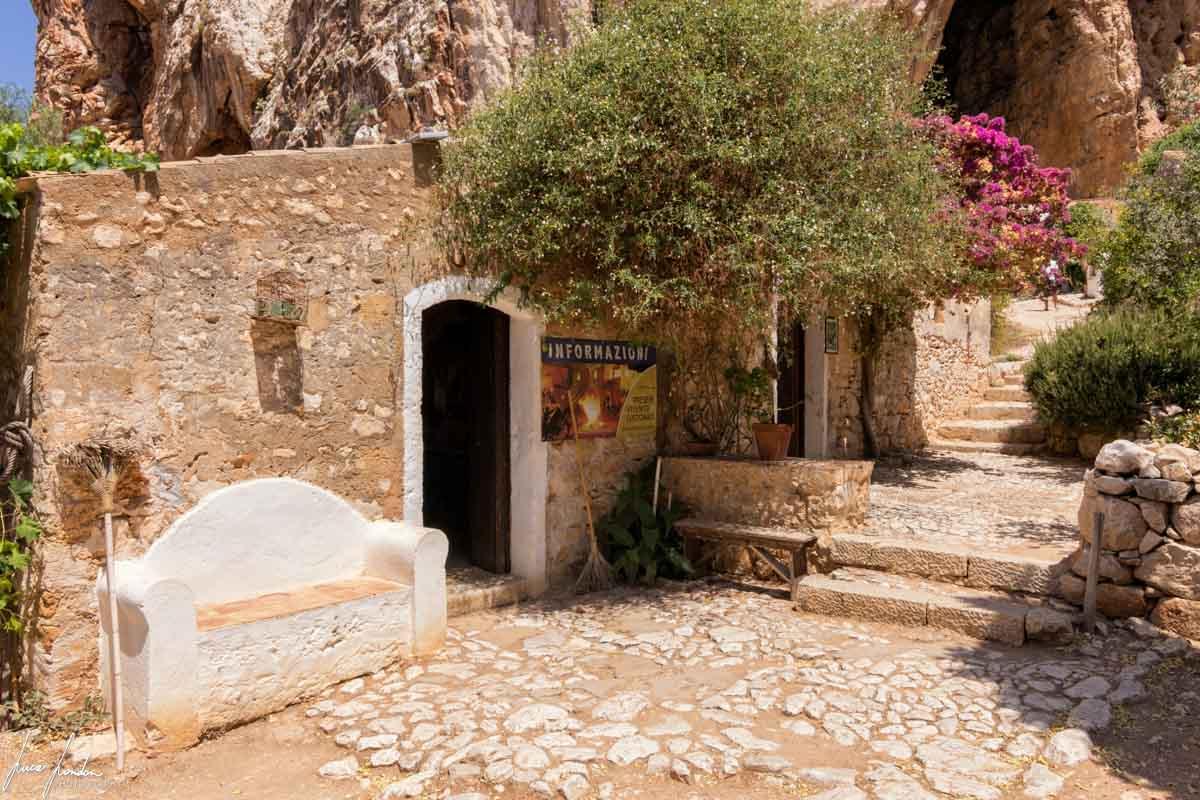 Esterno della Grotta Mangiapane