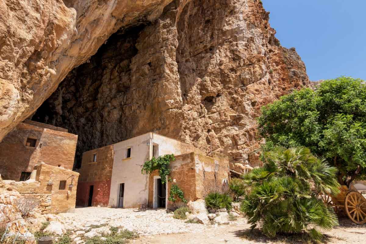 L'ingresso della Grotta Mangiapane