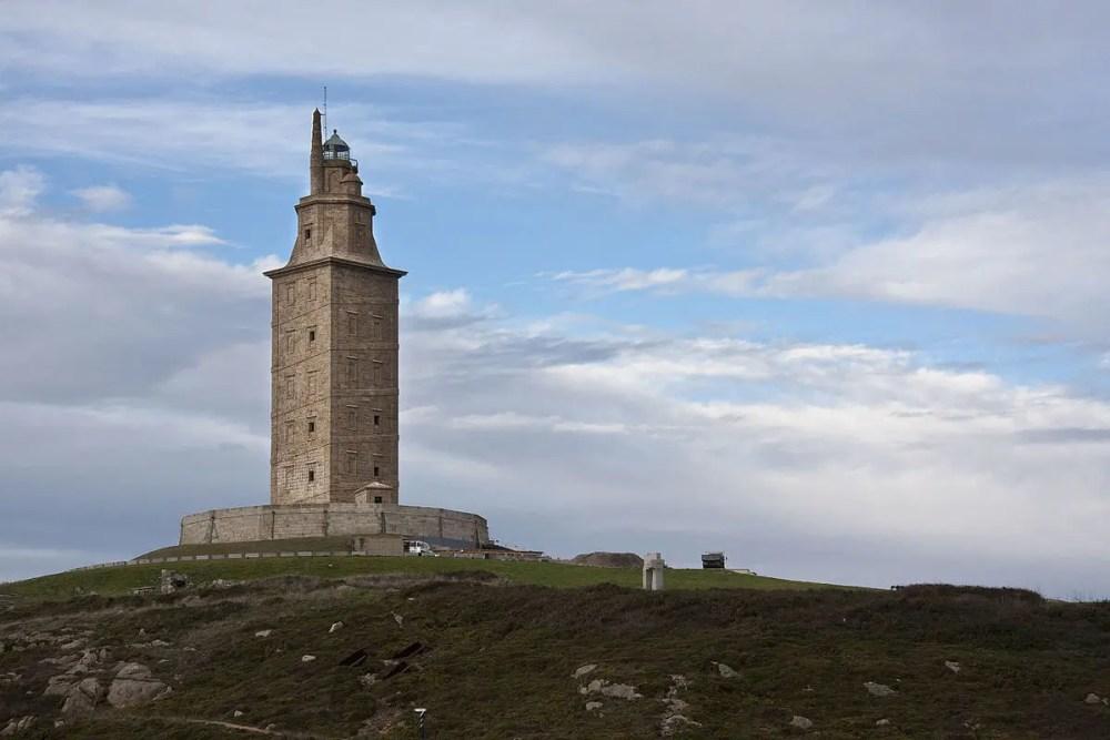 La Torre de Hércules ubicada en Finis Terrae sobre Punta Eiras (foto By-Emilio-Ponte-Own-work-CC-BY-SA-3.0)