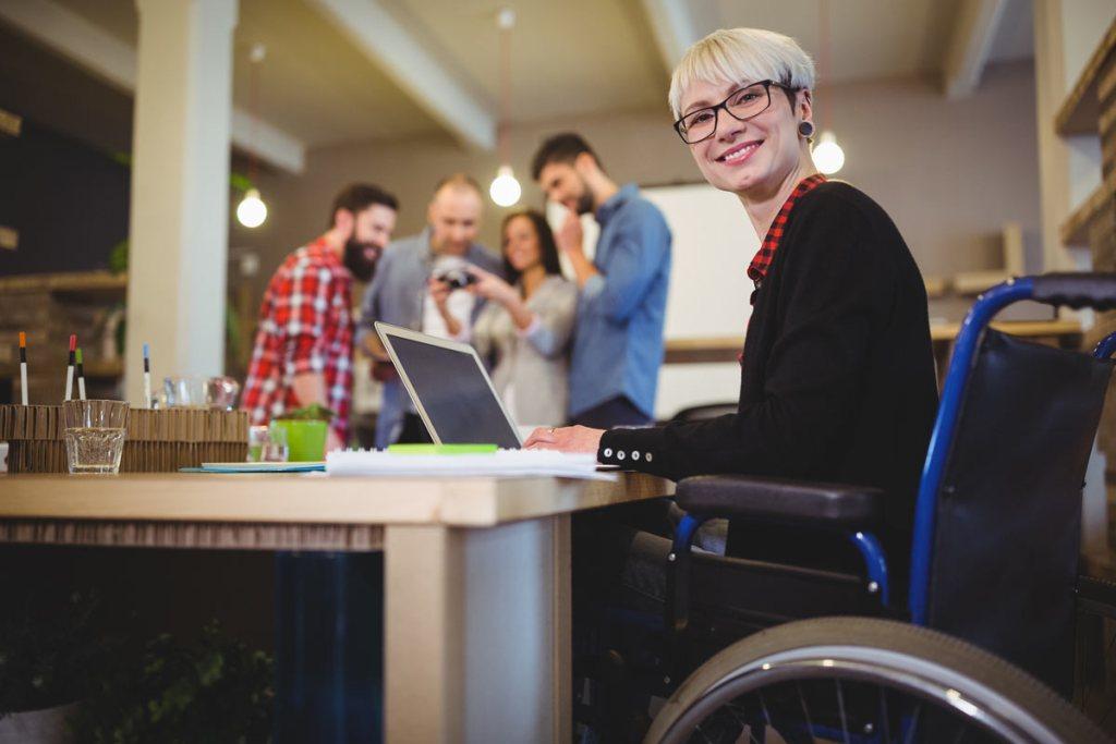 employé de bureau en fauteuil roulant