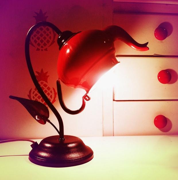 reutilizar la tetera vieja lámpara de escritorio roja ideas decoración bricolaje