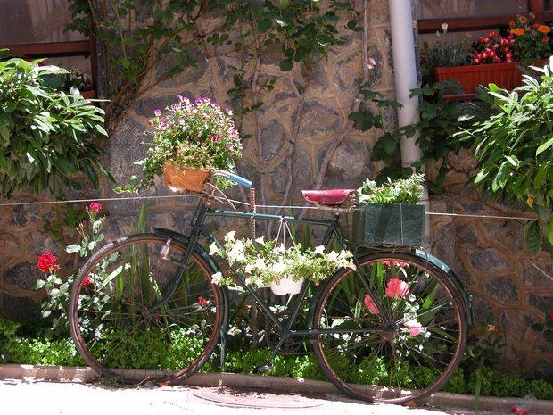 upcycled bicicleta verde de edad en la decoración del jardín plantador de la flor