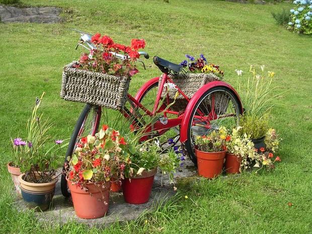 upcycling bicicletas en el jardín creativa ideas de decoración