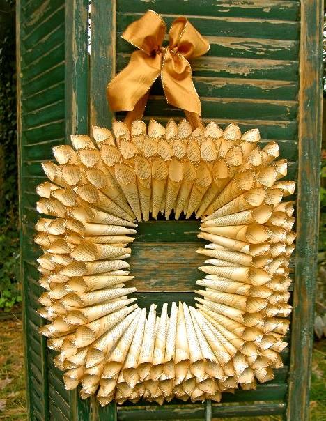 página del libro de adornos de navidad bricolaje papel enrollado guirnalda de la cinta de oro colgando de la puerta de madera verde