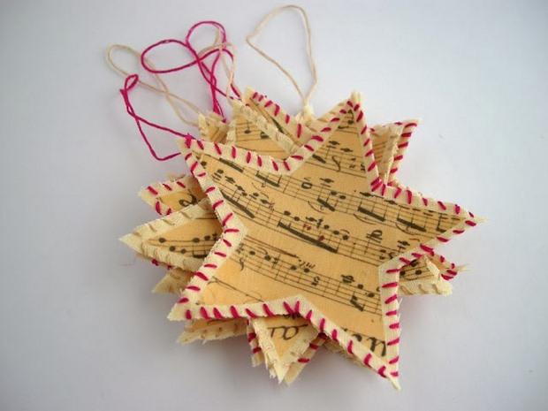 ideas de páginas de libro de adorno de navidad estrellas de la música de papel de nota roja de la cuerda blanca reutilizada