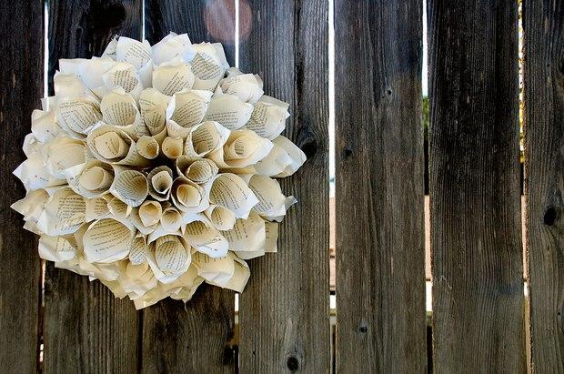 página del libro de adornos de navidad guirnalda de papel de la vendimia que cuelga de la pared de madera de la decoración artesanal de ideas