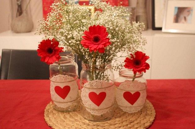 tarros de vidrio manualidades día de San Valentín decoradas blondas de corazones de papel rojo floreros aliento babys gerbera roja