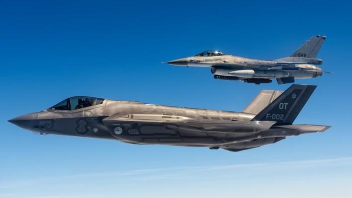 De F-35 samen met de F-16 tijdens de belevingsvlucht (c) Daan van der Heijden
