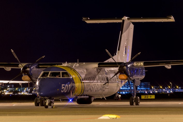 Een DHC-8 van de Zweedse kustwacht op het platform van Schiphol-Oost © Leonard van den Broek