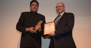 Nicholas Danton, Regional Cargo Manager voor Afrika (links) neemt de prijs in ontvangst. - © Qatar Airways