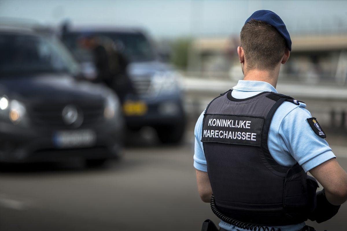 Negen Italianen aangehouden in vliegtuig Schiphol