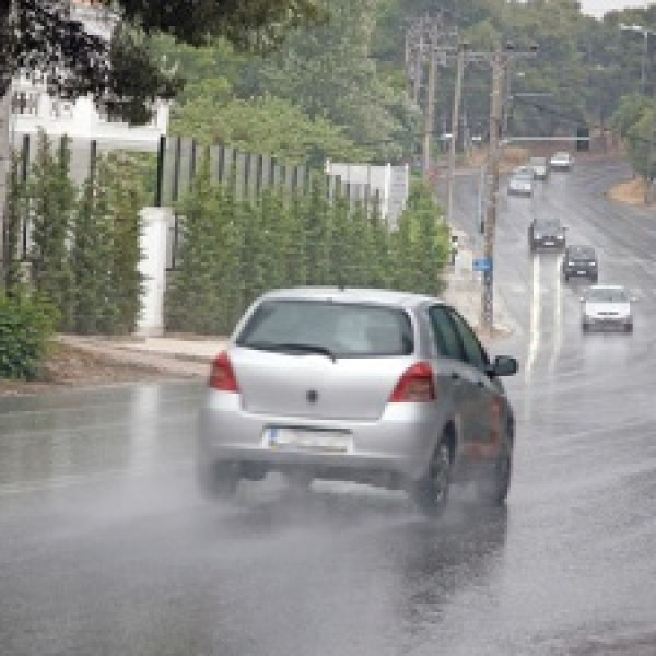 Cars-driving-on-wet-roads-jpg_20151223203312-159532