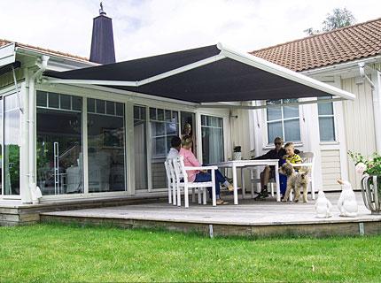 Snygg markis över uteplats eller terrass för behagligt solskydd