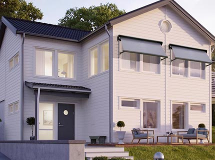 Fönstermarkis som solskydd monterad på vitt hus