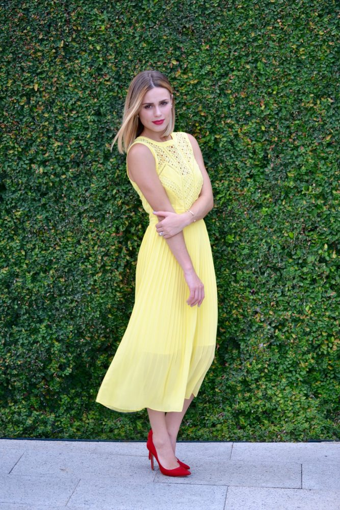 How to wear yellow